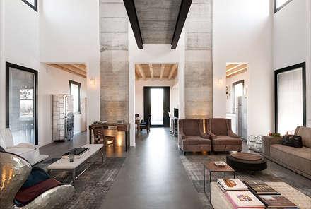 Villa Sole : Soggiorno in stile in stile Moderno di Resin srl