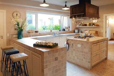 Casa Martindale: Cocinas de estilo clásico por JUNOR ARQUITECTOS