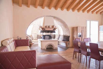 Villa Rustica: Sala da pranzo in stile in stile Rustico di RI-NOVO