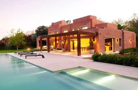 Casa en Mailyng: Jardines de estilo moderno por JUNOR ARQUITECTOS