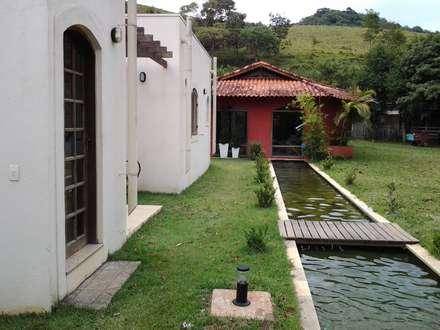 ระเบียงและโถงทางเดิน by Mina Arquitetura & Construções