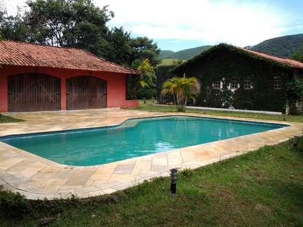 สระว่ายน้ำ by Mina Arquitetura & Construções