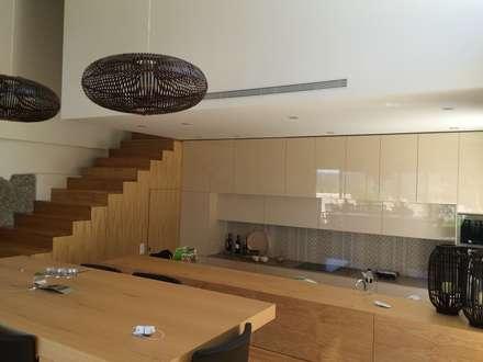 Recuperação e ampliação Vila Chã - Amarante: Cozinhas modernas por Bárbara abreu Arquitetos