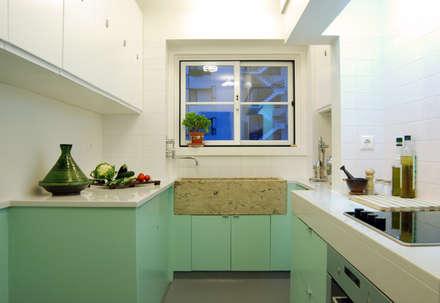 Remodelação T4 . Bairro de Alvalade, Lisboa: Cozinhas ecléticas por BL Design Arquitectura e Interiores