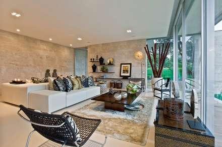 Oriental Chic: Salas de estar ecléticas por Viterbo Interior design