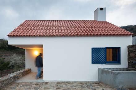 Casa Caseiros: Habitações  por SAMF Arquitectos