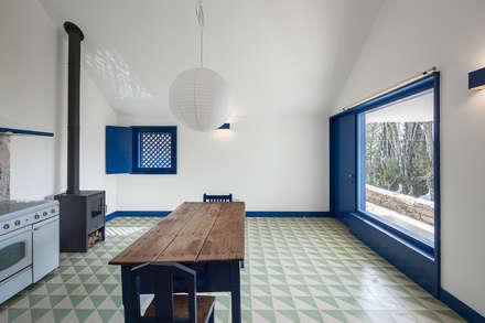 Casa Caseiros: Corredores e halls de entrada  por SAMF Arquitectos