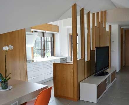 Reforma de duplex en Vigo: Salas multimedia de estilo minimalista de M2BT