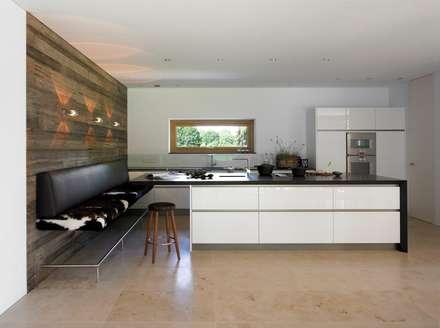 Einfamilienhaus Starnberg: moderne Küche von Huaber & more
