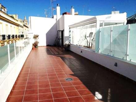 Gimnasio de Cristal Lumon y techo movible de cristal, Terraza con pergola de madera en casa del centro de Cadiz: Terrazas de estilo  de Architect Hugo Castro  - HC Estudio  Arquitectura y Decoración
