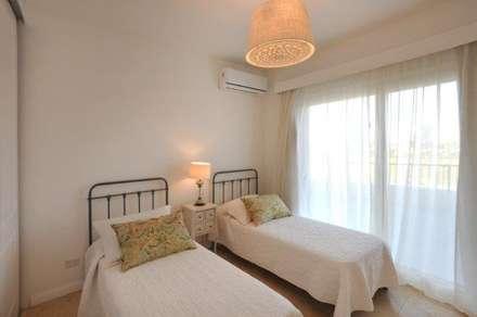 dormitorio 3: Dormitorios de estilo clásico por Parrado Arquitectura