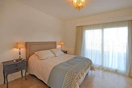 dormitorio principal: Dormitorios de estilo clásico por Parrado Arquitectura
