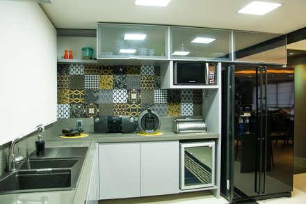 cozinha com linhas retas: Cozinhas modernas por Michele Moncks Arquitetura
