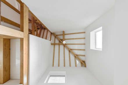 Estrutura do telhado com volumes suspensos: Janelas   por Corpo Atelier