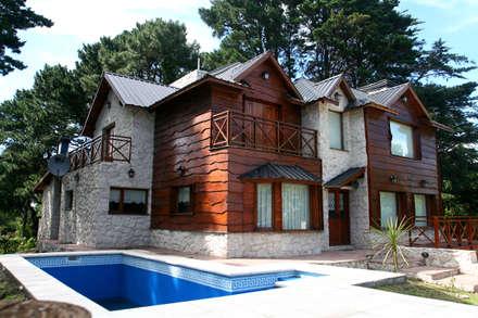 Una casa muy particular : Piletas de estilo rústico por Susana De Angeli