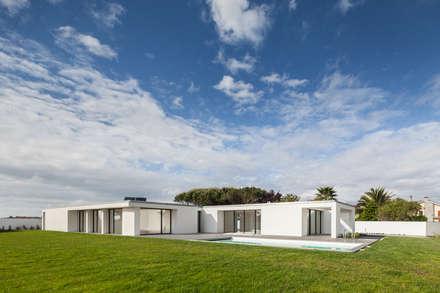 Casa em Gandra - Raulino Silva Arquitecto: Habitações  por Raulino Silva Arquitecto Unip. Lda