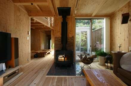 木造スケルトン+DIYでつくるこだわり空間の集合体: アトリエグローカル一級建築士事務所が手掛けたリビングです。
