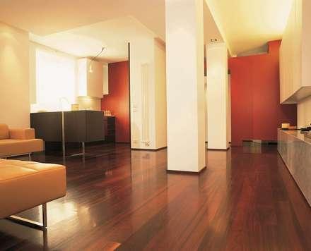 GIʎNT® PADOUK ROSSO AFRICA: Ingresso & Corridoio in stile  di Ciambella Legnami Srl