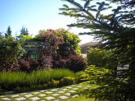 Villa con giardino: Giardino in stile in stile Moderno di Studio dt Arch&Art