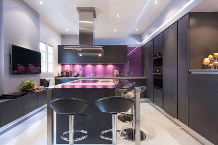 CUISINE AVEC UN ÎLOT ET  TV : Cuisine de style de style eclectique par SKCONCEPT Design Paris
