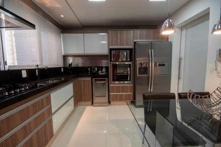 Apartamento Nova Petrópolis - São Bernardo do Campo: Cozinhas modernas por Haus Brasil Arquitetura e Interiores