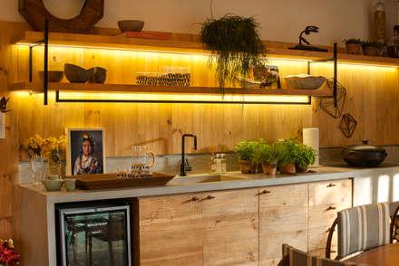 Cucina in stile in stile Tropicale di Marina Linhares Decoração de Interiores