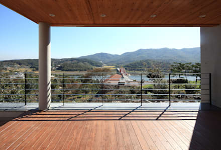 언덕위의 바람집: SUP건축사사무소의  발코니, 베란다 & 테라스