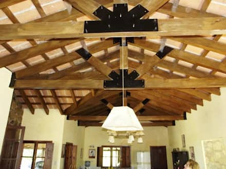 Casco de Finca en La Caldera: Livings de estilo rural por Valy
