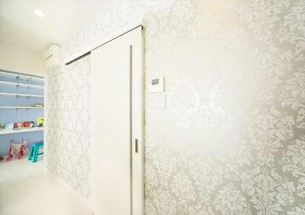 エレガントな壁紙: ナイトウタカシ建築設計事務所が手掛けたキッチンです。