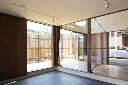 入間の家: 白砂孝洋建築設計事務所が手掛けたガレージです。