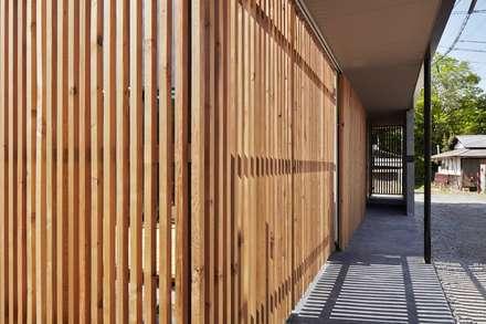 入間の家: 白砂孝洋建築設計事務所が手掛けた廊下 & 玄関です。