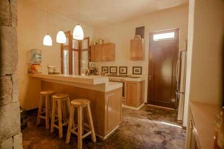 Casa Itmon: Cocinas de estilo moderno por IURO