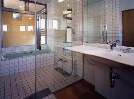 ガレージのある家: 池野健建築設計室が手掛けた浴室です。