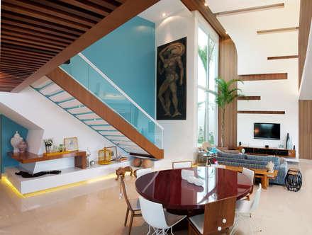 Casa Knittel: Corredores, halls e escadas minimalistas por 360arquitetura