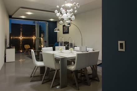 Casas Trapecio: Comedores de estilo moderno por INDICO