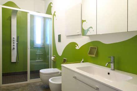 CASA OC: Bagno in stile in stile Eclettico di Laboratorio di Progettazione Claudio Criscione Design