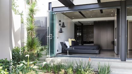 House in Kloof Road : modern Bedroom by Nico Van Der Meulen Architects