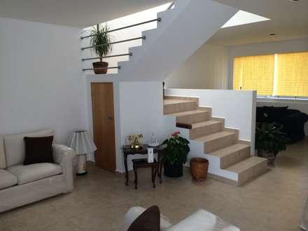 escaleras pasillo hall y escaleras de estilo por santiago pardo arquitecto