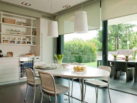 El comedor de la cocina en paralelo del exterior: Cocinas de estilo moderno de DEULONDER arquitectura domestica