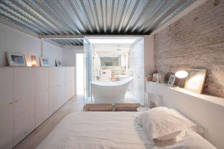 'Rehbailitacion edificio en Gracia': Dormitorios de estilo moderno de lluiscorbellajordi