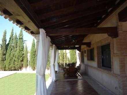 VIVIENDA RURAL: Terrazas de estilo  de CARLOS TRIGO GARCIA