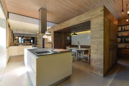 Casa em S. Pedro do Estoril: Cozinhas modernas por Ricardo Moreno Arquitectos