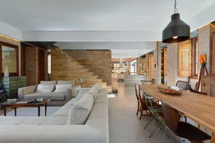Casa em S. Pedro do Estoril: Salas de estar modernas por Ricardo Moreno Arquitectos