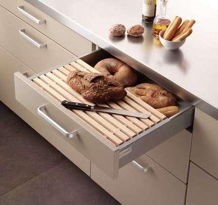 Cajón para el pan: Cocinas de estilo moderno de DEULONDER arquitectura domestica