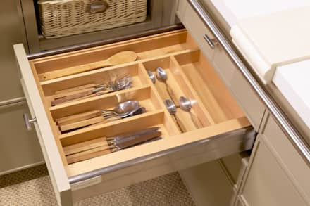 Cubertero de madera: Cocinas de estilo moderno de DEULONDER arquitectura domestica