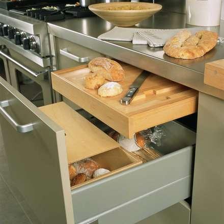 Tabla para cortar el pan escamoteable: Cocinas de estilo moderno de DEULONDER arquitectura domestica