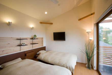五條の家: 株式会社 atelier waonが手掛けた寝室です。