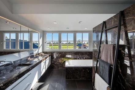 Bathroom: moderne Badkamer door Medie Interieurarchitectuur