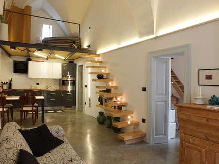 Casa Incorciata: Soggiorno in stile in stile Mediterraneo di Ossigeno Architettura
