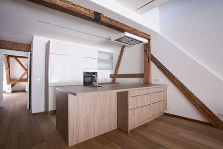 Stadthäuser Schmiedgasse 2+4, Domplatz 1: Ausgefallene Küche Von  Architekturbüro Josef Schwärzler ZT